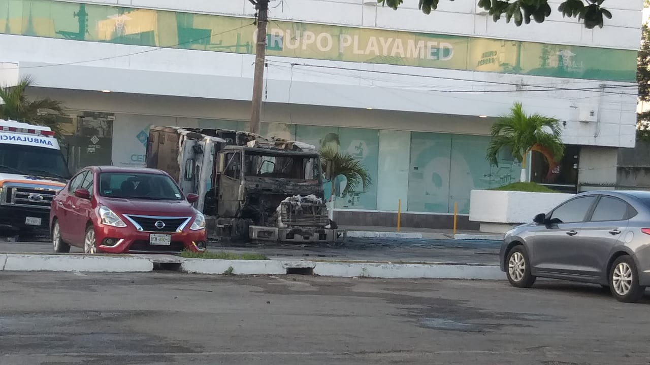 Grave advertencia del crimen organizado: Prenden fuego a ambulancia de clínica Playamed en Cancún